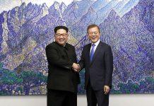Kim Jong-un and Moon Jae-in shaking hands